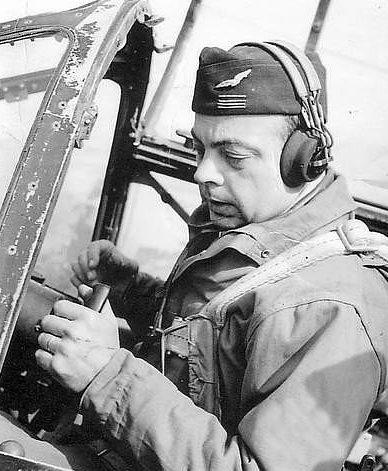 Французский писатель Антуан де Сент-Экзюпери в кабине своего истребителя «P-38». 1944 г.
