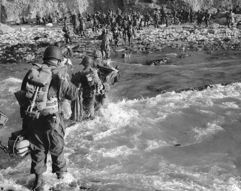 Американские солдаты форсируют вброд горную речку во Франции. 1944 г.