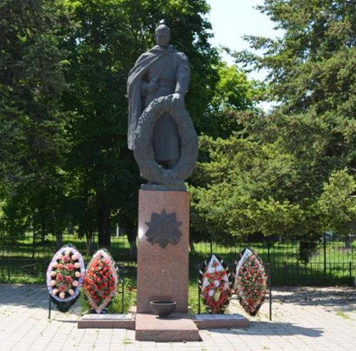 с. Засосна Красногвардейского р-на. Памятник по улице Ленина, установленный на братской могиле, в которой похоронено 18 советских воинов, погибших в 1943 году.