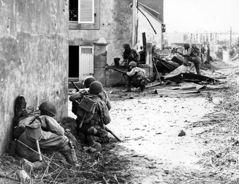 Американские пехотинцы в городском бою. Франция, 1944 г.