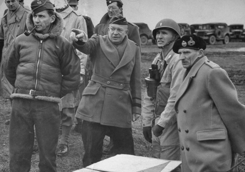 Командующий Королевскими ВВС Великобритании маршал Артур Теддер, генерал Дуайт Эйзенхауэр и генерал Бернард Монтгомери. 1944 г.