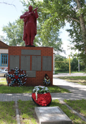 с. Клиновец Красногвардейского р-на. Памятник, установленный на братской могиле, в которой похоронено 23 советских воина, в т.ч. 17 неизвестных, погибших в 1943 году.