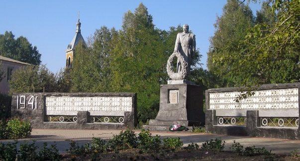 с. Марьевка Красногвардейского р-на. Памятник, установленный на братской могиле, в которой похоронено 2 советских воина, погибших в 1943 году.