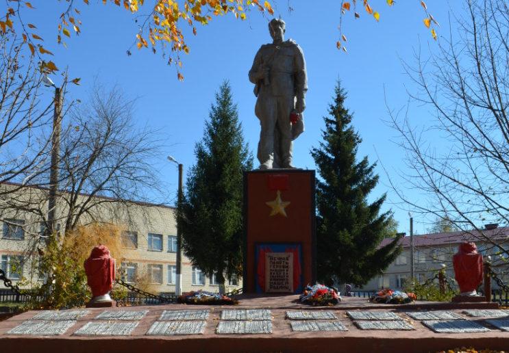 с. Палатово Красногвардейского р-на. Памятник, установленный на братской могиле, в которой похоронено 3 советских воина, погибших в 1943 году.