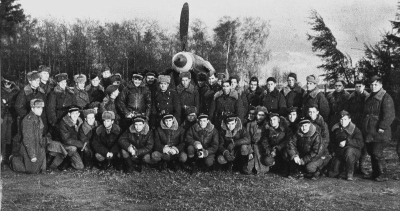 Французские летчики 1-го отдельного авиаполка Сражающейся Франции «Нормандия» на аэродроме в деревне Дубровка Смоленской области. 1944 г.