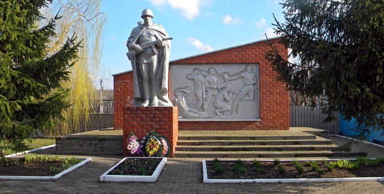 х. Красево Борисовского р-на. Памятник, установленный на братской могиле, в которой захоронено 2 неизвестных советских воинов, погибших в 1943 году.