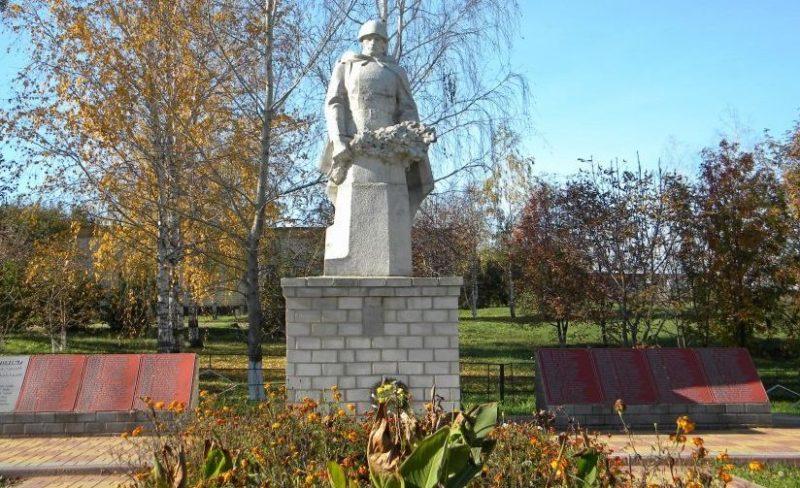 х. Вязовской Краснояружского р-на. Памятник по улице Трудовой 50, установленный в честь советских воинов, погибших в сражении на Курской дуге.