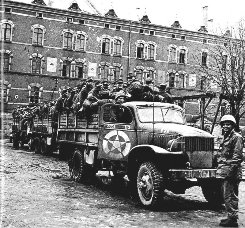 Немецкие военнопленные в грузовиках в Страсбурге. Февраль 1945 г.