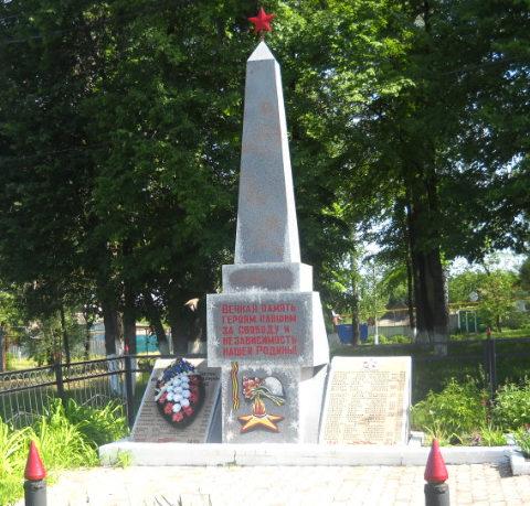 с. Крюково Борисовского р-на. Памятник по улице Ленина, установленный на братской могиле, в которой похоронено 42 советских воина, погибших в 1943 году.