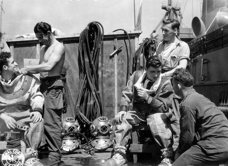 Британские водолазы на борту корабля в акватории французского порта Шербур. Март 1945 г.