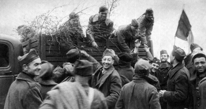 Французские военнопленные жмут руки своим освободителям - советским бойцам. 20 апреля 1945 г.