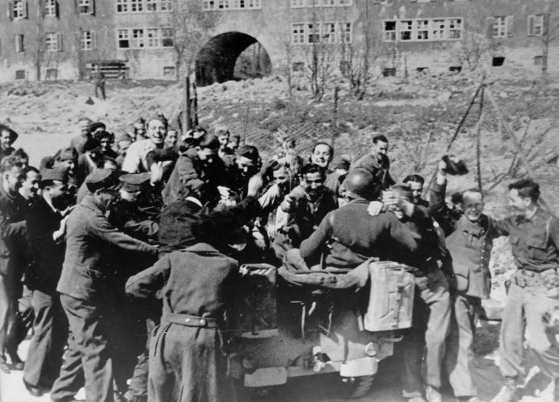 Освобожденные французские военнопленные приветствуют американских солдат. Апрель 1945 г.