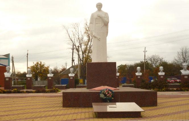 п. Красная Яруга. Памятник по улице Центральной 8а, установленный на братской могиле, в которой похоронено 213 советских воинов, погибших в 1943 году.