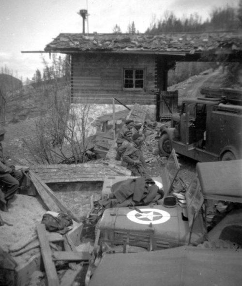 Французские и американские солдаты у поста охраны СС в ставке Гитлера «Бергхоф» в Оберзальцберге. Май 1945 г.