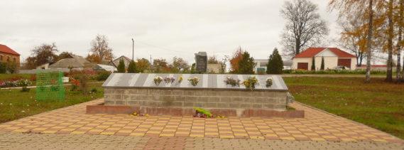п. Красная Яруга. Памятник по улице Крыловка 8, установленный на братской могиле, в которой похоронено 63 советских воина, погибших в 1943 году.