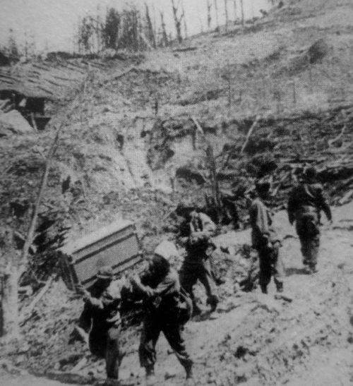 Французские солдаты несут похищенное из разрушенных зданий резиденции Гитлера «Бергхоф». Май 1945 г.