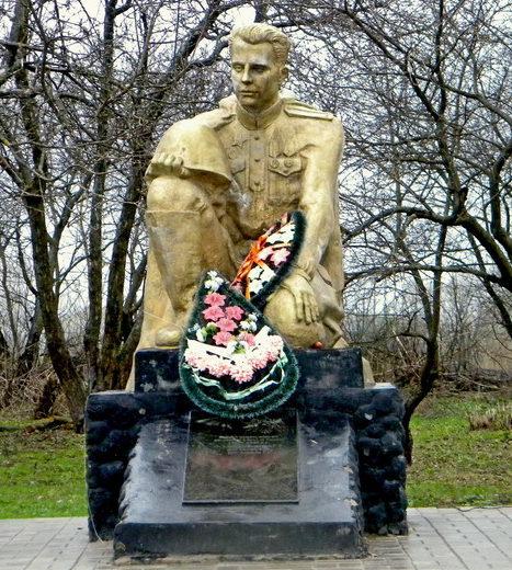 с. Теплое Борисовского р-на. Памятник по улице Теплянской, установленный на могиле советского солдата.