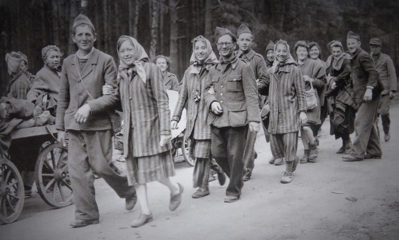 Освобожденные французские военнопленные и узницы концлагеря. Май 1945 г.