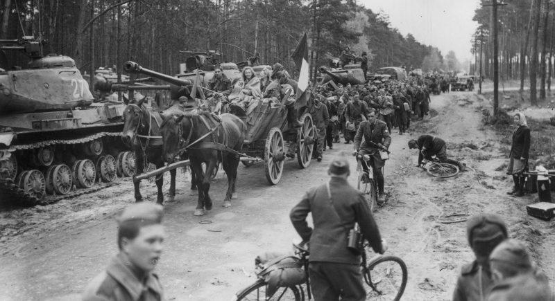 Освобожденные из немецкого плена французы возвращаются домой. Предместье Берлина. Май 1945 г.