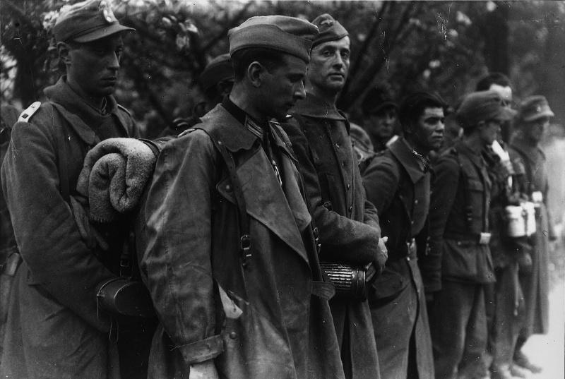 Французы из частей СС перед расстрелом французами из «Свободной Франции». 8 мая 1945 г.