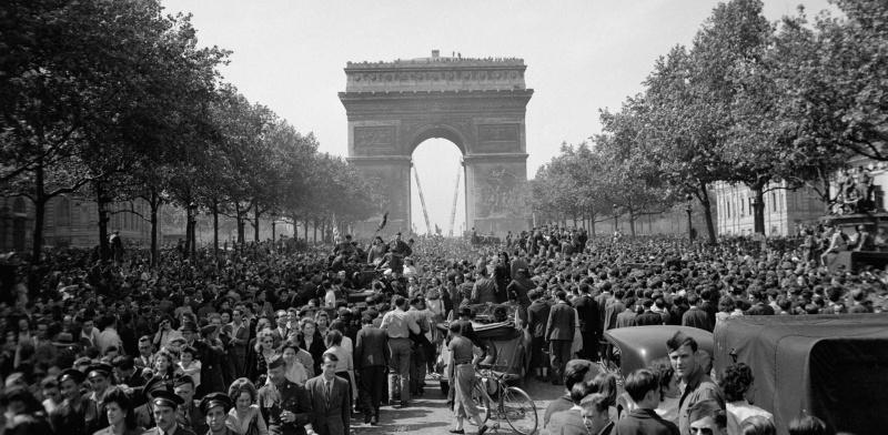 Празднование Победы на Елисейских полях в Париже. 8 мая 1945 г.
