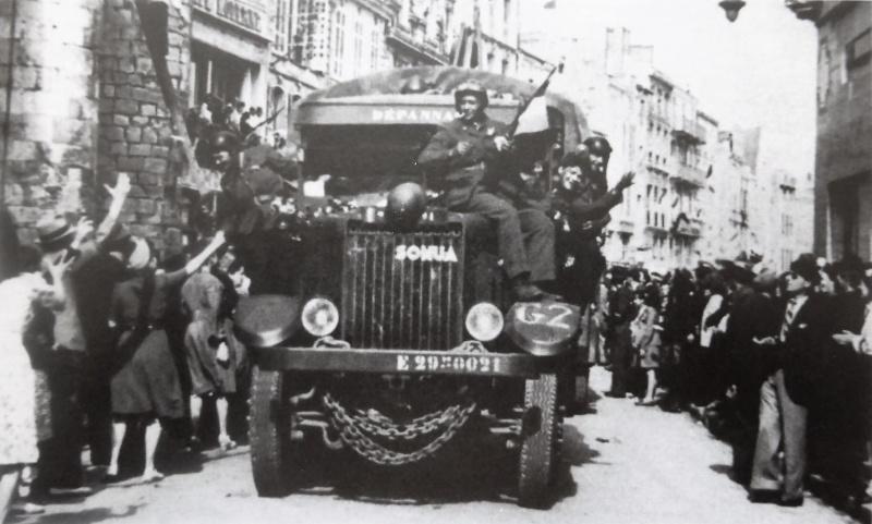 Жители Ла-Рошели приветствуют французских солдат. 9 мая 1945 г.
