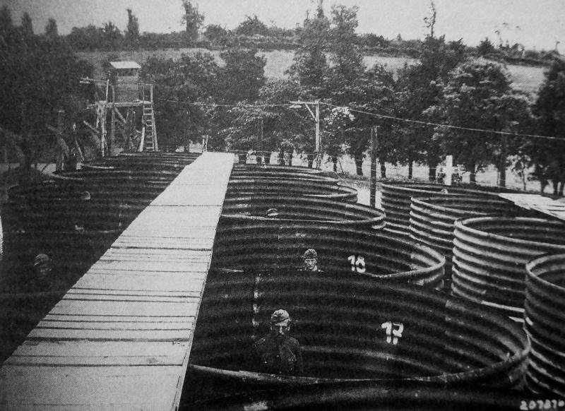 Немецкие военнопленные, в «карцерах» в лагере для военнопленных во Франции. Август 1945 г.