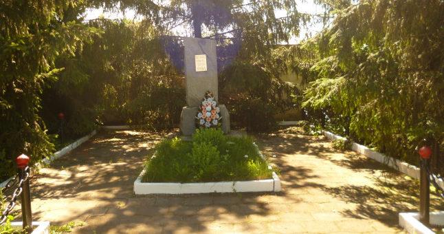 п. Отрадовский Краснояружского р-на. Памятник по улице Широкой 39а, установленный на братской могиле неизвестных советских воинов.