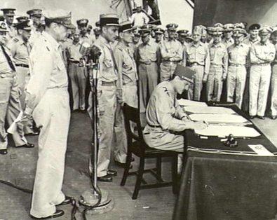 Французский генерал Филипп Леклерк на борту линкора «Миссури» подписывает акт о приеме капитуляции Японии от имени Франции. 2 сентября 1945 г.