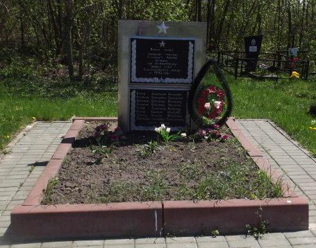 с. Староселье Краснояружского р-на. Памятник по улице Золочевка 43, установленный на братской могиле, в которой похоронено 8 девушек-минеров.