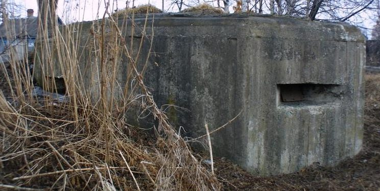 Двухамбразурный ДОТ №301 был построен в 1943 году у п. Угловое. Класс защиты - М-3.