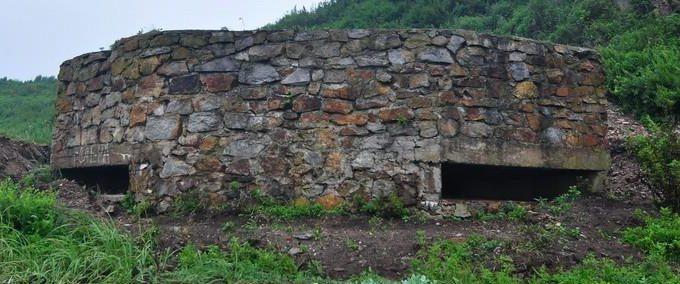 Двухамбразурный каменно-бутовый ДОТ №284 был построен в 1941 году в северной части б. Емар. Класс защиты - М-3.
