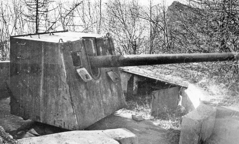 Орудия Б-13 в орудийном дворике у мыса Ольский.