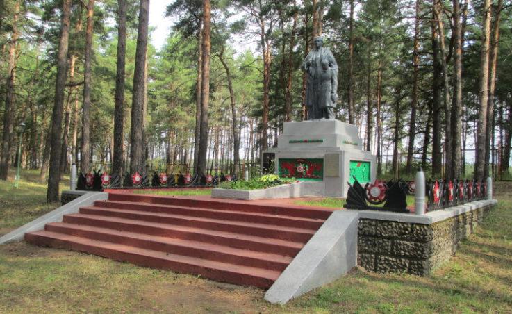 с. Анпиловка Старооскольского р-на. Памятник, установленный на братской могиле, в которой похоронено 6 советских воинов, погибших в 1943 году.