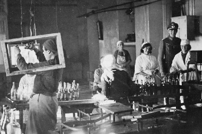 Ликероводочный завод работает на немцев. 1941 г.