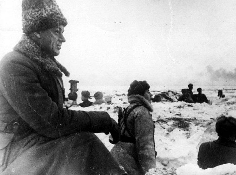 Командующий войсками Донского фронта К. К. Рокоссовский в районе Сталинграда. 1942 год.