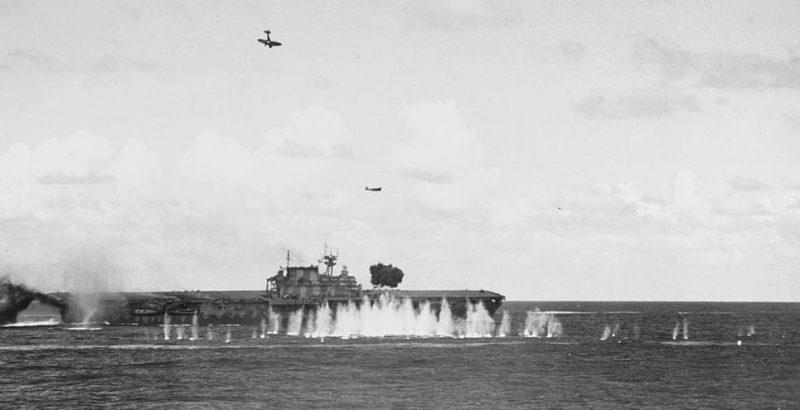 Японские бомбардировщики атакуют авианосец ВМС США «Хорнет».