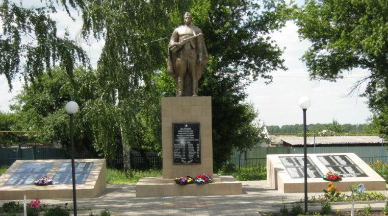с. Беломестное Новооскольского р-на. Памятник по улице Парковой 19, установленный на братской могиле, в которой похоронено 44 советских воина, в т.ч. 25 неизвестных, погибших в 1943 году.