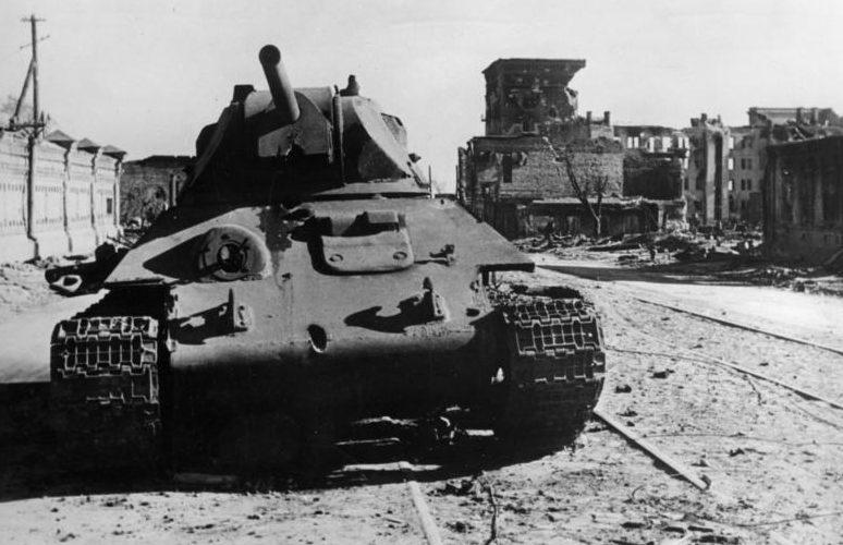 Подбитый танк Т-34 на улице города.