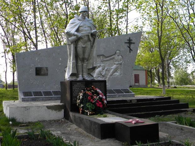 с. Архангельское Старооскольского р-на. Памятник, установленный на братской могиле, в которой похоронено 35 советских воинов, в т.ч. 30 неизвестных, погибших в 1943 году.