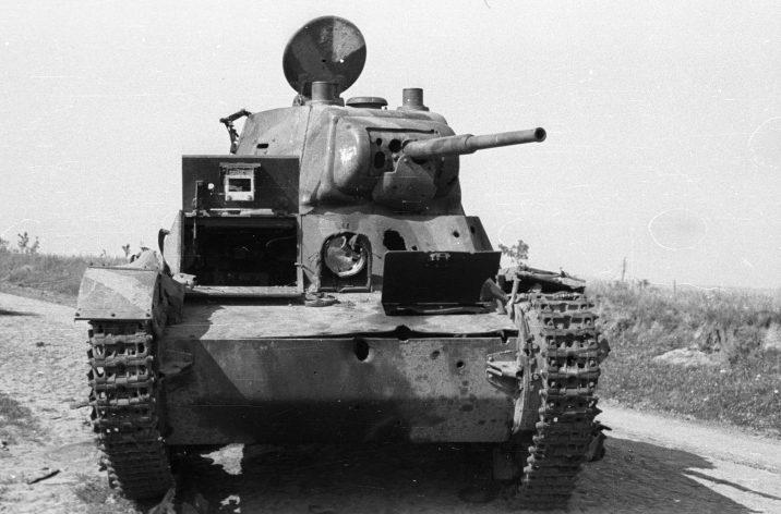 Разбитые советские автомобили и подбитый танк Т-26 на дороге под Каменец-Подольским. Июль 1941 г.