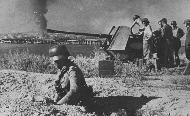 Расчеты немецких 37-мм зенитных орудий в Новороссийске.