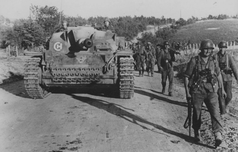 Немецкие войска на дороге под Новороссийском.