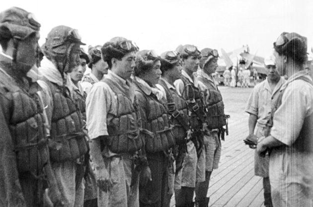 Инструктаж японских пилотов перед вылетом.