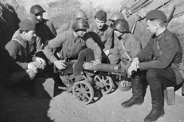 Бригадный комиссар Веселов «обучает» бойцов. Крымский фронт, 19 мая 1942 г.