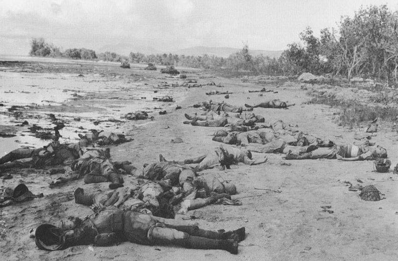 Погибшие японцы после атаки в устье реки Матаникау.