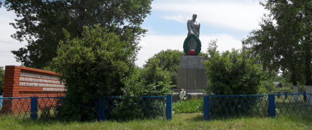 с. Верне-Чуфичево Старооскольского р-на. Памятник по улице Майской 9, установленный на братской могиле, в которой похоронено 519 советских воинов, в т.ч. 461 неизвестный, погибший в 1943 году.