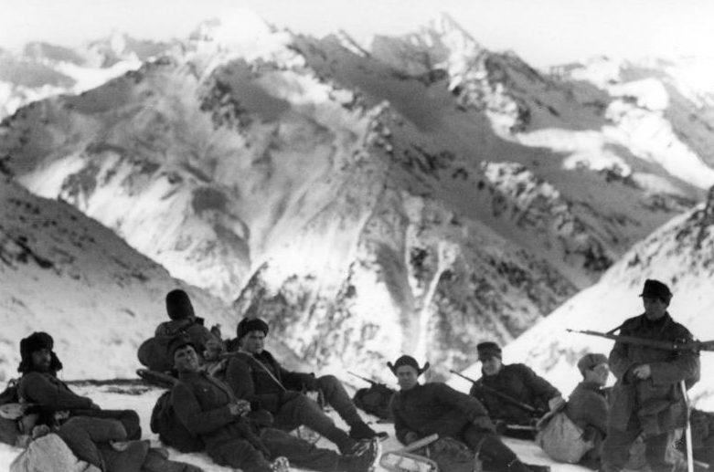 Немецкие горные стрелки в горах Кавказа.