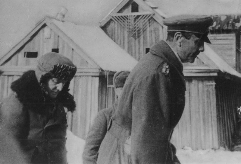 Пленного генерал-фельдмаршала Паулюса и его адъютанта конвоируют в штаб 64-й армии. 31 января 1943 года.