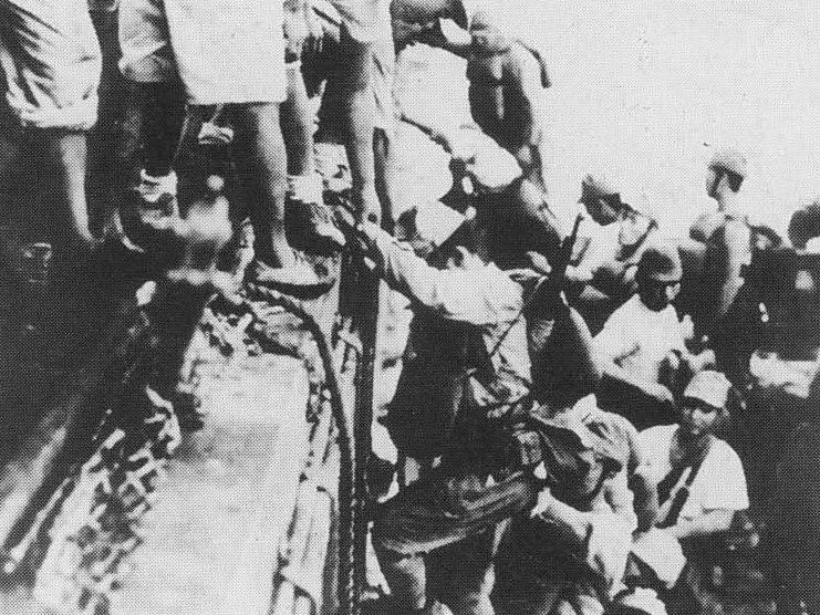 Японские войска грузятся на эсминец «Токийского экспресса» перед отправкой на Гуадалканал.